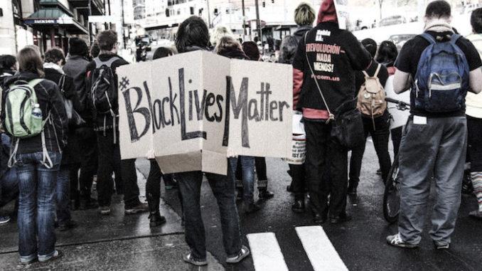 Ferguson Garner Protest Seattle 2014, door Scottlum, via Flickr.