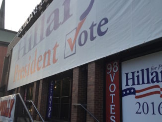 Hillary Clinton banner, Philadelphia DNC 2016, door Denise Tejada/Youth Radio, via Flickr.