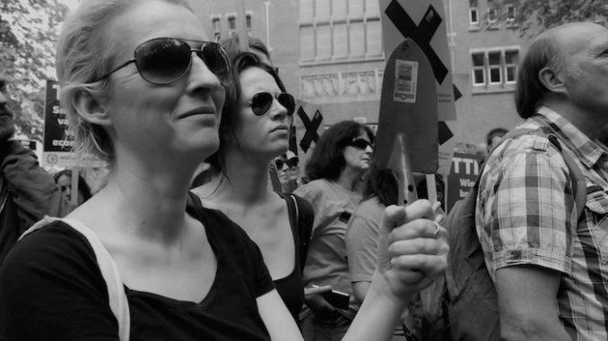 Karin Giphart demonstreert tegen TTIP en CETA, door E. Witsel.