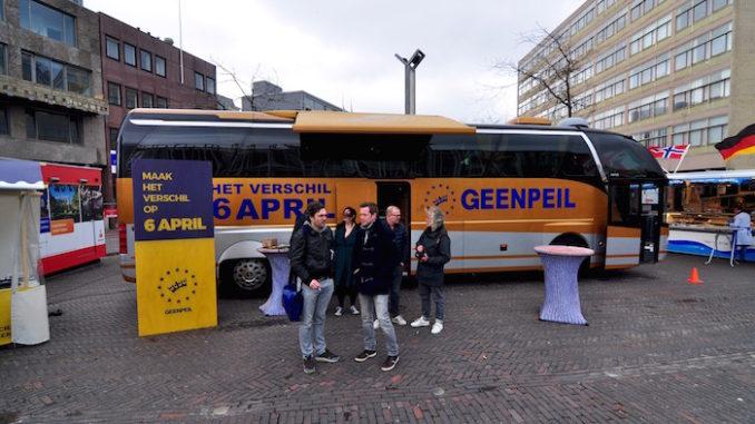 Campaign bus for the April 6 referendum, door Michiel, via Flickr.