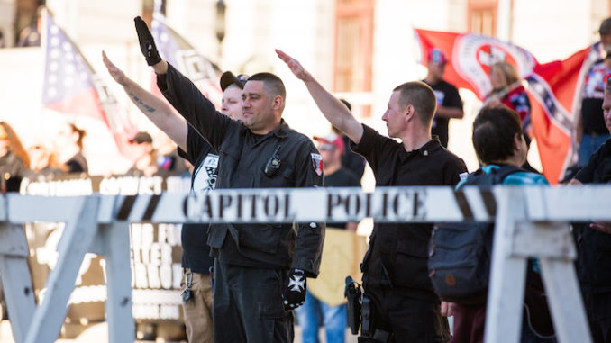 Fall Political Rally of the National Socialist Movement, a neo-Nazi organisation, in Harrisburg, PA on November 5, 2016, door Paul Weaver, via Flickr.