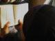 Moslima leest in de Koran. Trein bij vertrek in Leuven. Door Steven Hiawatha, via Flickr.
