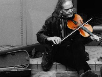 Busking. / Música en la calle, door Simon Harrod, via Flickr.