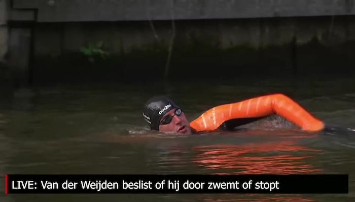 Screenshot Maarten van der Weijden zwemt Elfstedentocht, door NOS, via Youtube.com.
