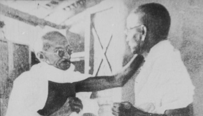 Foto: Gandhi and Vinoba, door onbekend, via Wikipedia.org