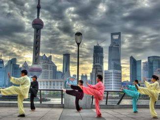 In front of pudong Skyline, door Leniners, via Flickr.