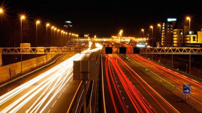 Highway at night, door Wesley Lelieveld, via Flickr.